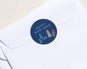 Autocollant Enveloppe Entreprise Personnalisé Happy New Year, Sapins colorés et renne bleu, Ø 4.5 cm